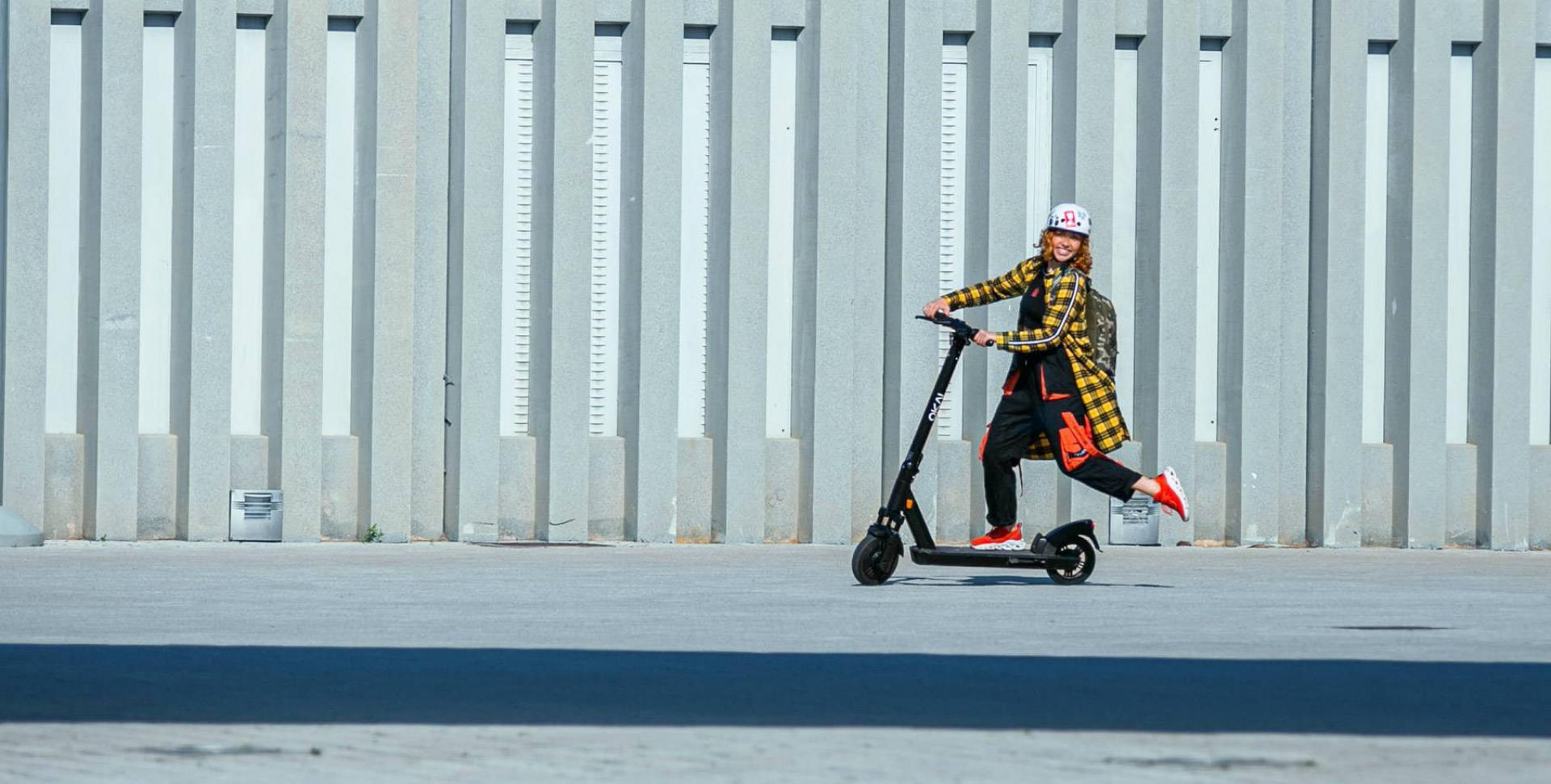 okai-escooter-es200-riding-woman-urban.jpeg